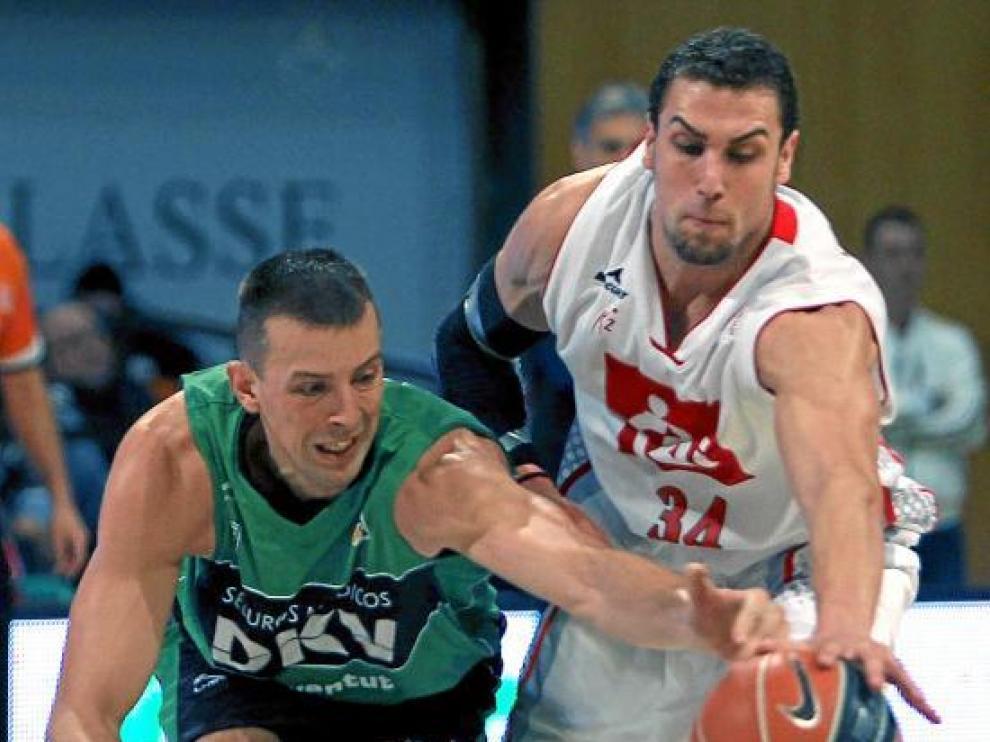 Pablo Aguilar y Jordi Trías pugnan por un balón dividido.