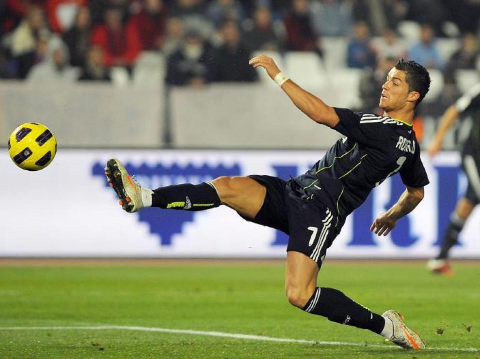Cristiano Ronaldo se estira para tratar de llegar a un balón, ayer.