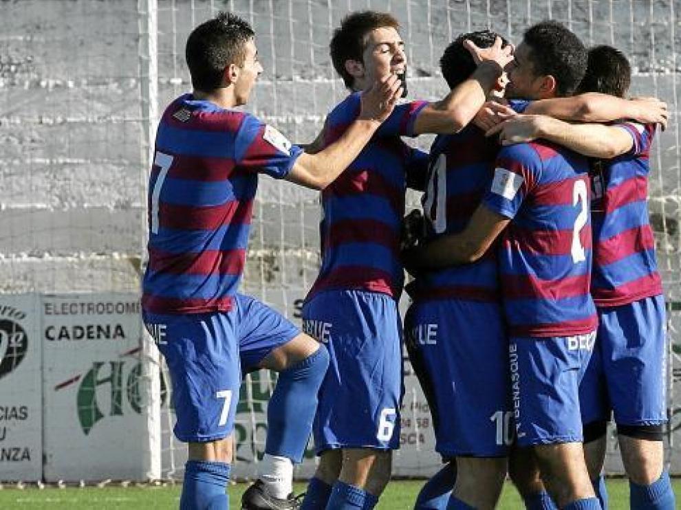 Los futbolistas del Huesca celebran el primero de los goles marcados por Unai al San Francisco.
