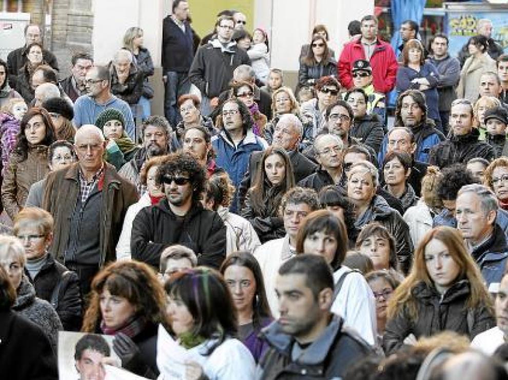 Asistentes a la concentración celebrada ante la Audiencia Provincial de Huesca.