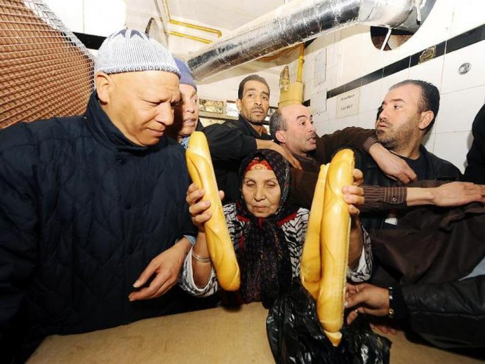 Después de días de violentas protestas, los tunecinos volvían ayer al mercado para poder comprar pan y otros alimentos.