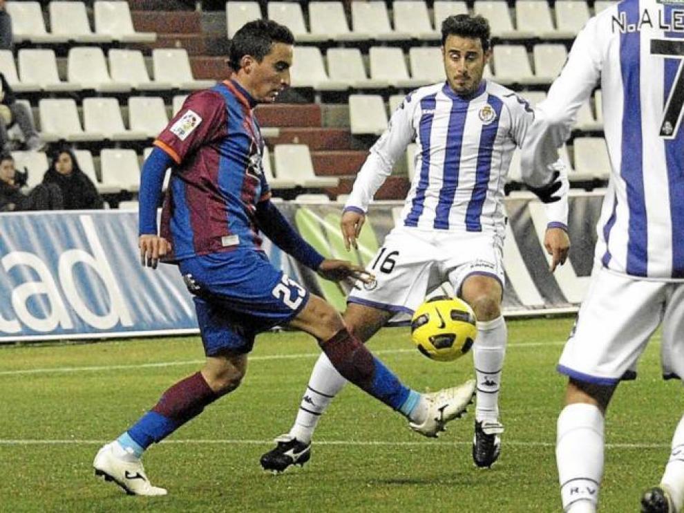 El navarro Jokin trata de jugar la pelota en el partido del pasado sábado en el Nuevo José Zorrilla de Valladolid.