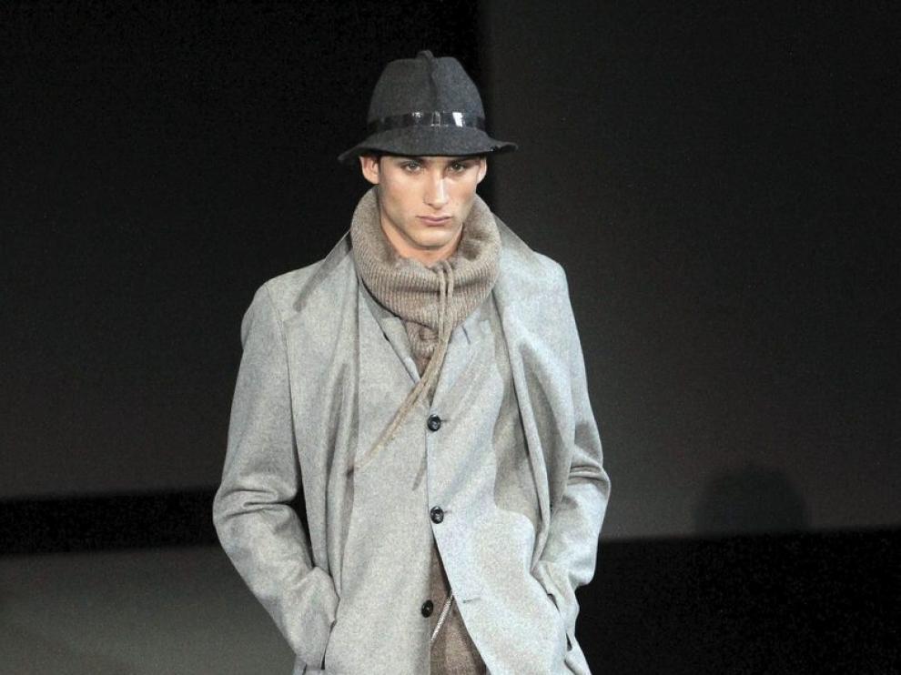 Un modelo muestra un diseño de Armani para jóvenes.