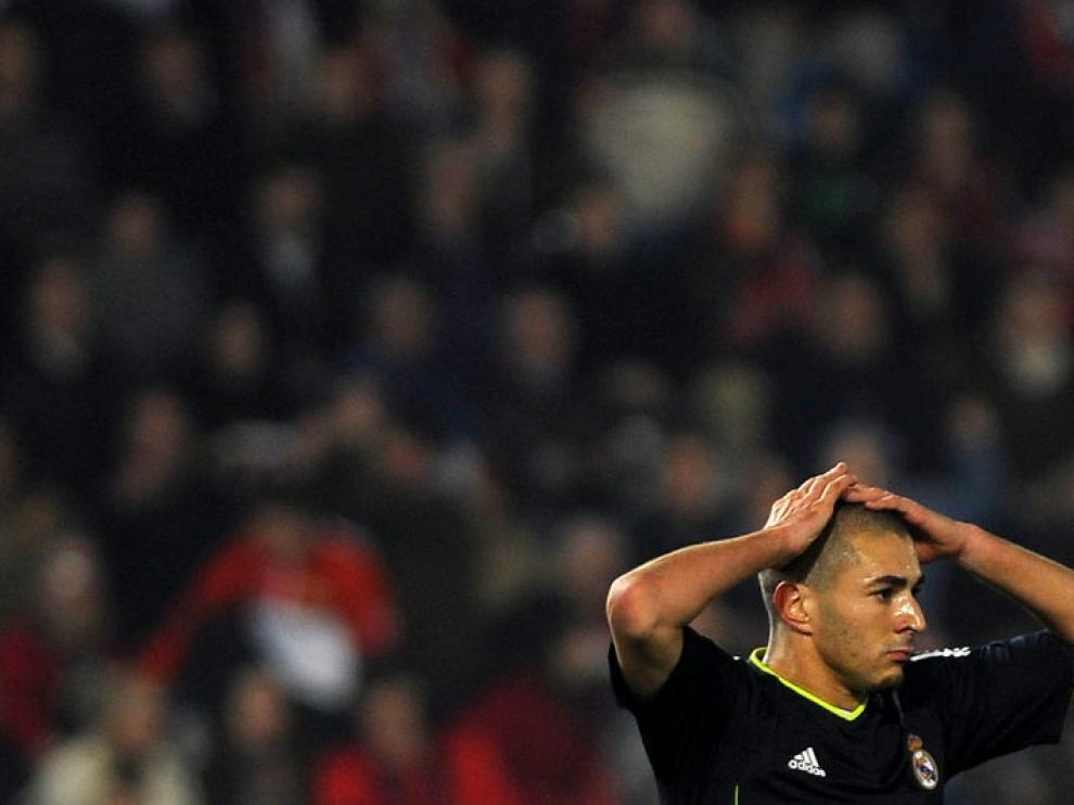 Benzema se lamenta durante el partido.