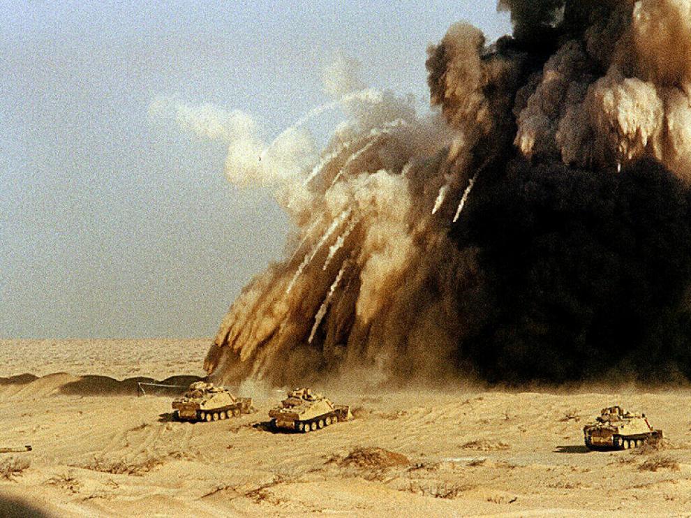 Soldados británicos casi son alcanzados por una mina el 7 de enero en el desierto de Arabia Saudí.