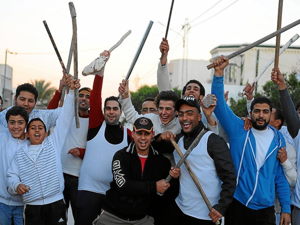 Un grupo de tunecinos protegen sus viviendas del saqueo