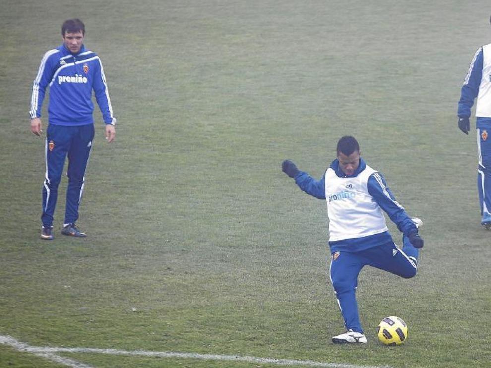 Uche golpea una pelota en el entrenamiento de ayer en la Ciudad Deportiva.