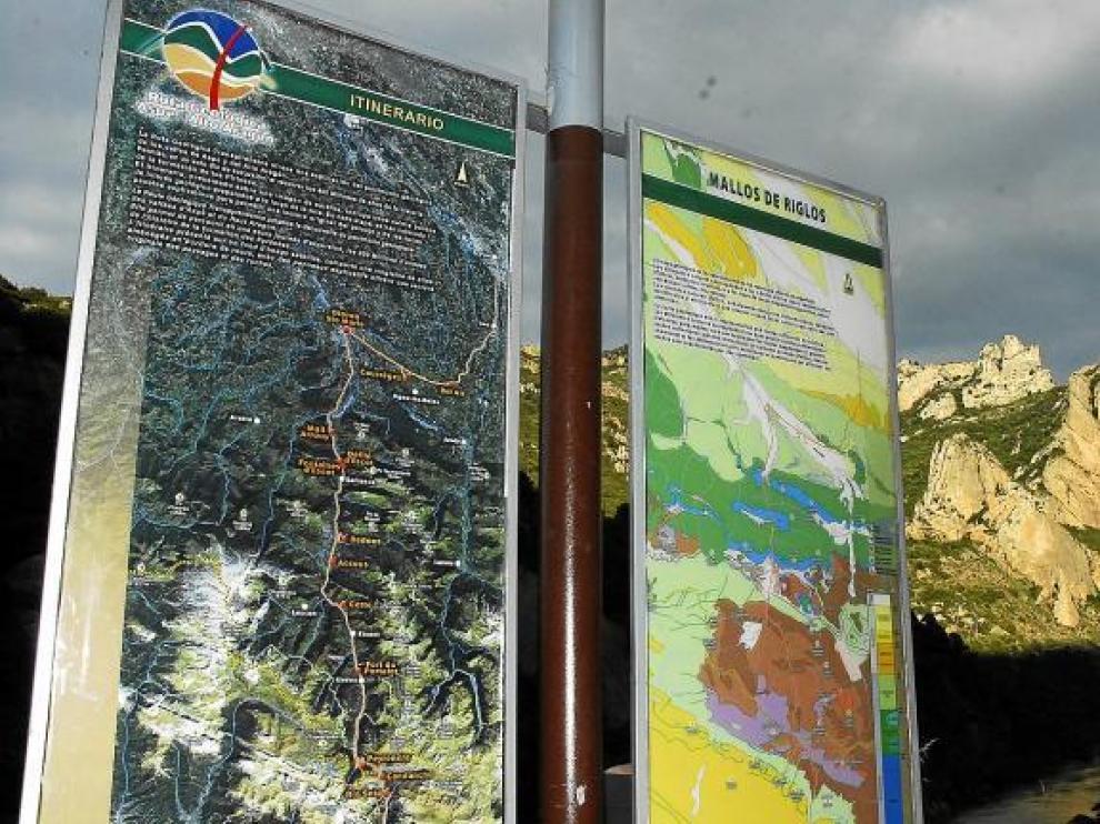 Cartel de la ruta geológica transfronteriza -entre las regiones de Aspe y el Alto Aragón- a su paso por los Mallos de Riglos.