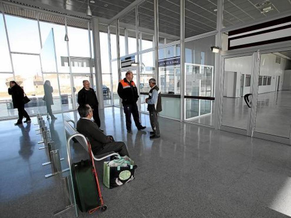La estación de autobuses abrió ayer sus puertas, pero con menos espacio habilitado del previsto.