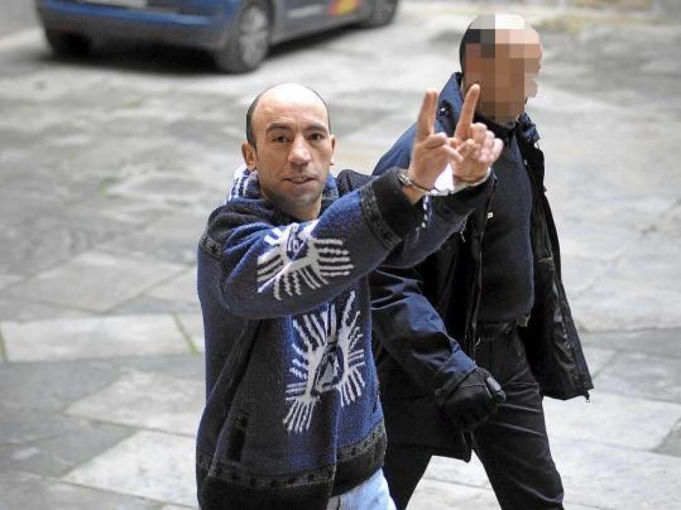 Belaid Ajoud, ayer en la Audiencia de Zaragoza, conducido por la Policía a la sala del juicio.