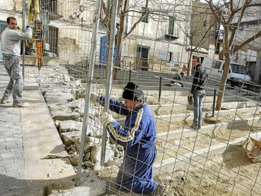 Los operarios trabajaban ayer en las obras de la plaza Latre.