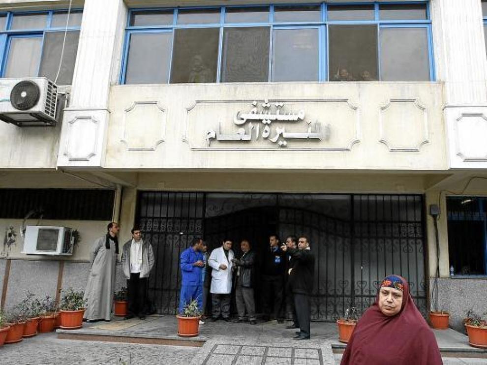 Entrada del hospital donde está ingresado el egipcio que se quemó a lo bonzo (arriba a la derecha).