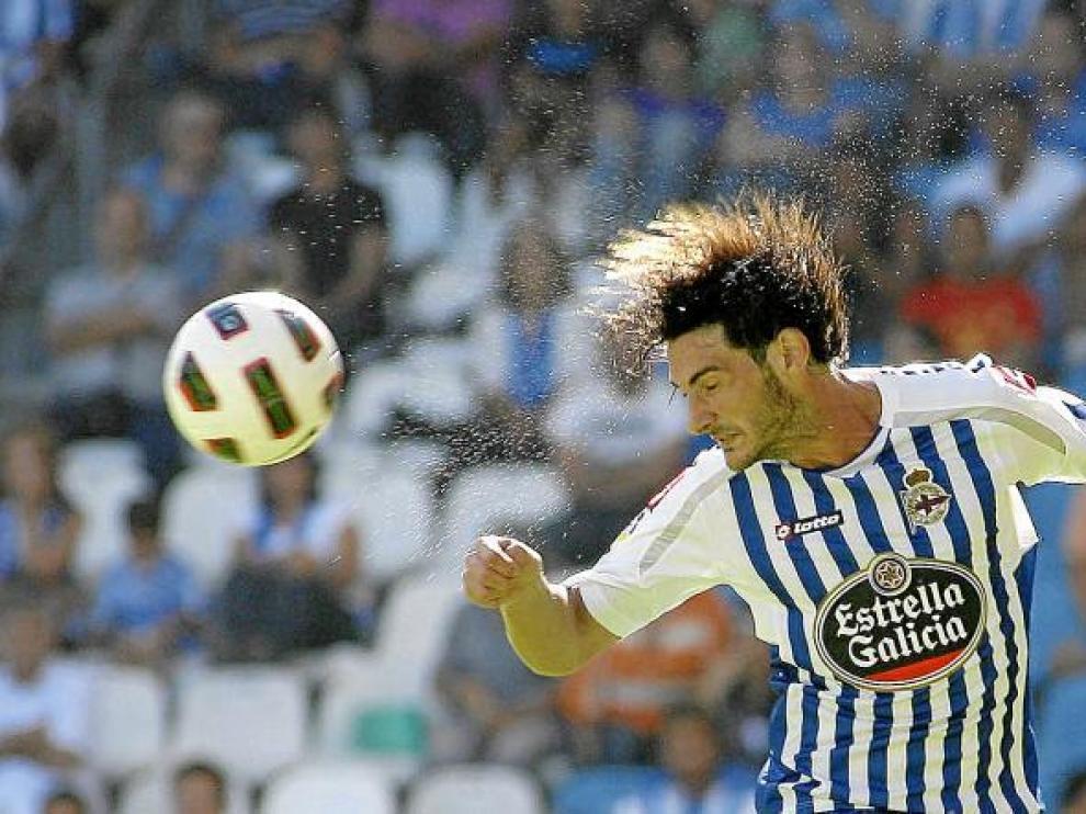 Colotto, el defensa argentino del Deportivo, remata de cabeza en el partido de la primera vuelta ante el Zaragoza.