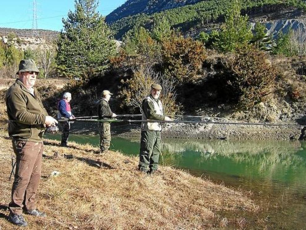 Pescadores de la Sociedad de Arguis en plena faena en un rincón del embalse.