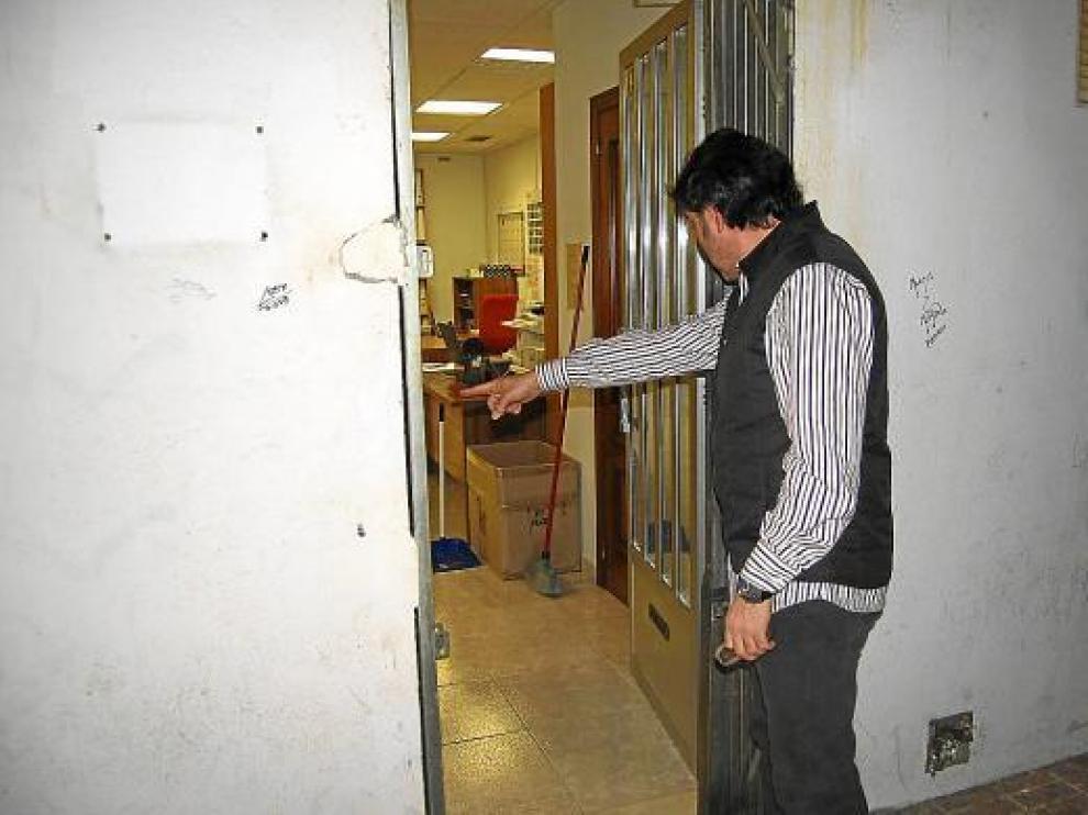 Los ladrones forzaron una persiana metálica y la puerta de entrada con una palanca.