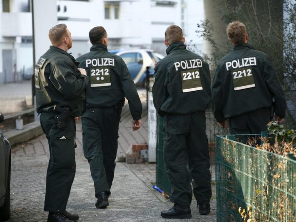 Un grupo de policías inspeccionan los alrededores de la embajada croata en Berlín