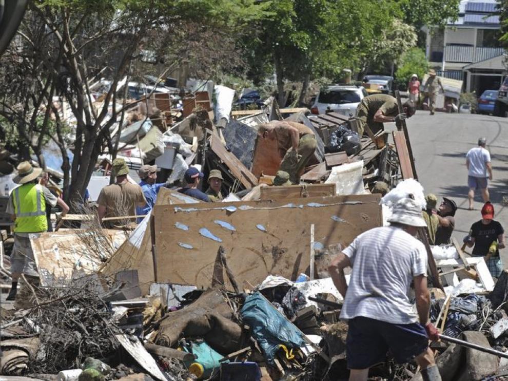 Los ciudadanos se afanan en las tareas de limpieza en Brisbane