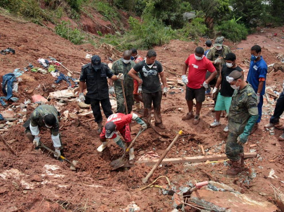 Equipos de rescate en Río de Janeiro