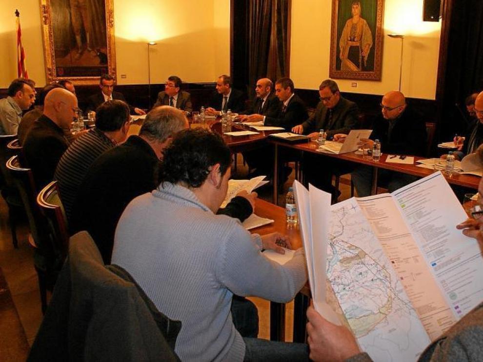 Los representantes de Red Eléctrica presentaron ayer a los alcaldes afectados de Huesca y Lérida el trazado de la línea.