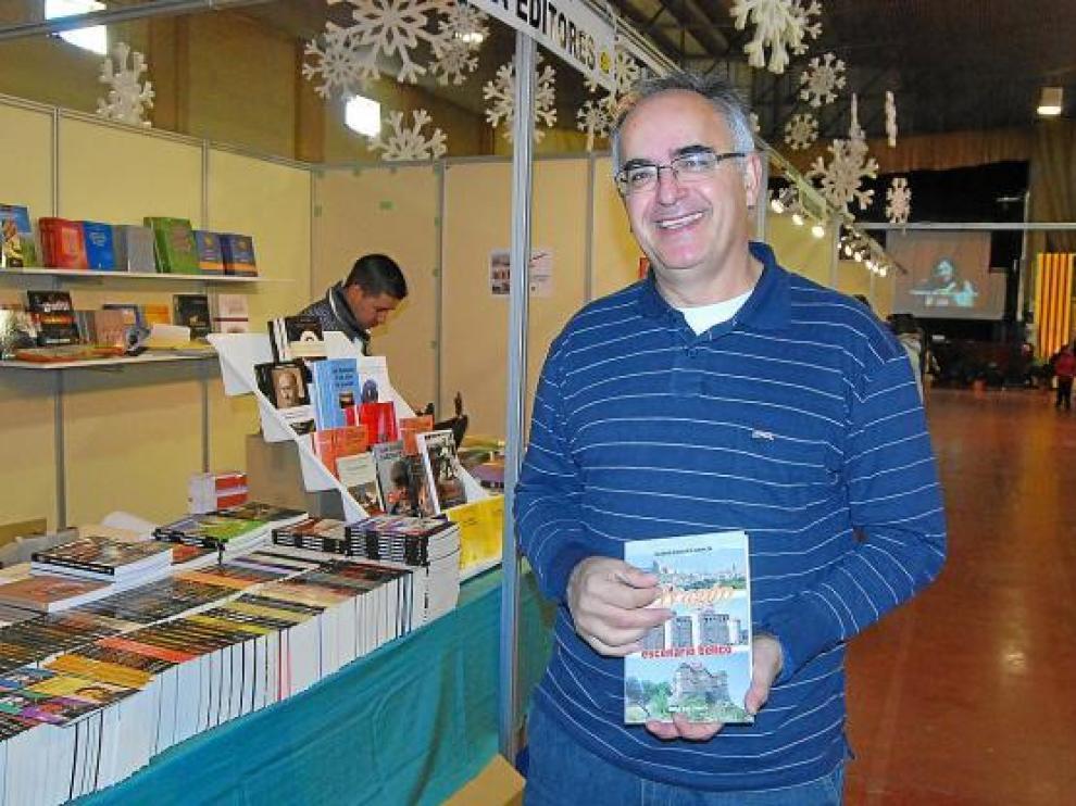 Eladio Romero, con un ejemplar de su libro 'Aragón, escenario bélico', en Monzón.