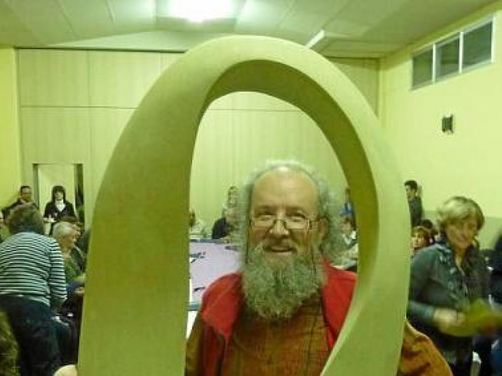 Mariano Muniesa, junto a la escultura con la que fue obsequiado.