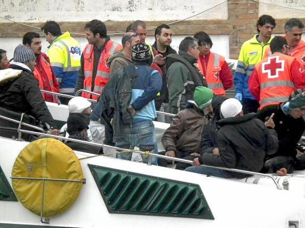Una embarcación con 23 argelinos a bordo, ayer a su llegada a Cartagena.