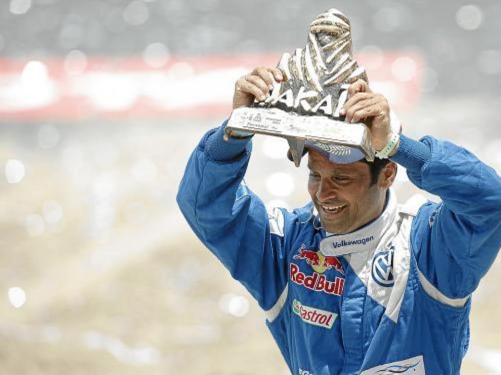 Al-Attiyah elevó el domingo el trofeo más preciado, el del Rally Dakar.