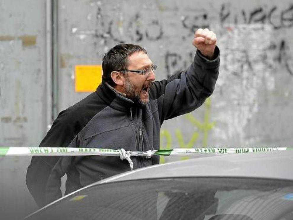El portavoz de la izquierda abertzale, Txelui Moreno, da ánimos a su hijo Iker, detenido ayer.