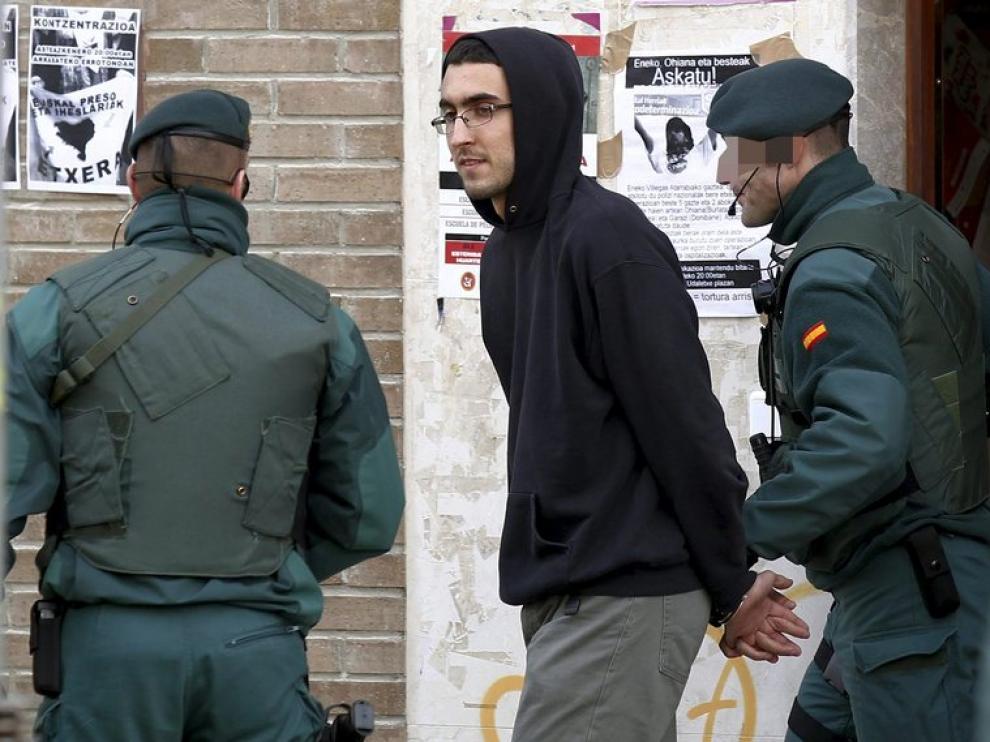 Agentes de la Guardia Civil trasladan a Iker Moreno Ibáñez, hijo del portavoz de la izquierda abertzale Txelui Moreno