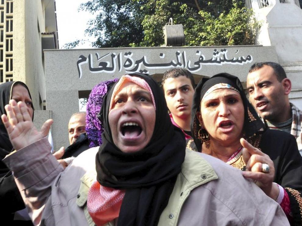 Familiares del egipcio Mohamed Faruk Mohamed Hasan, de 50 años,quien se fue ha quemado a lo bonzo frente a la sede del Gobierno
