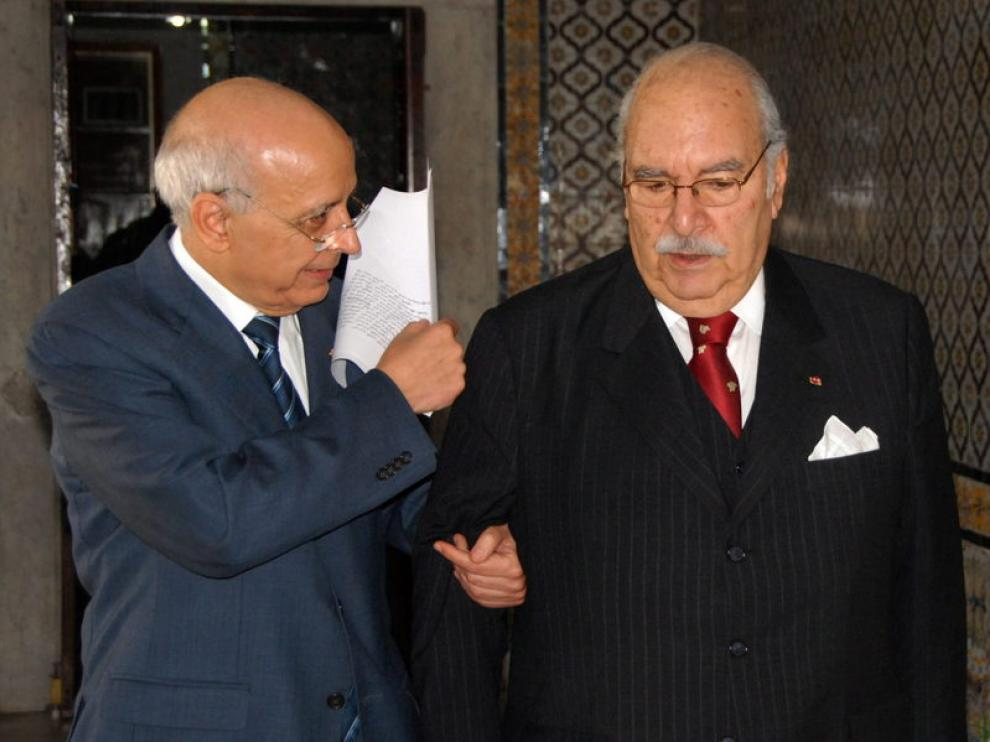 El presidente interino de Túnez, Fouad Mbazaa (d), con el primer ministro, Mohamed Ghannouchi