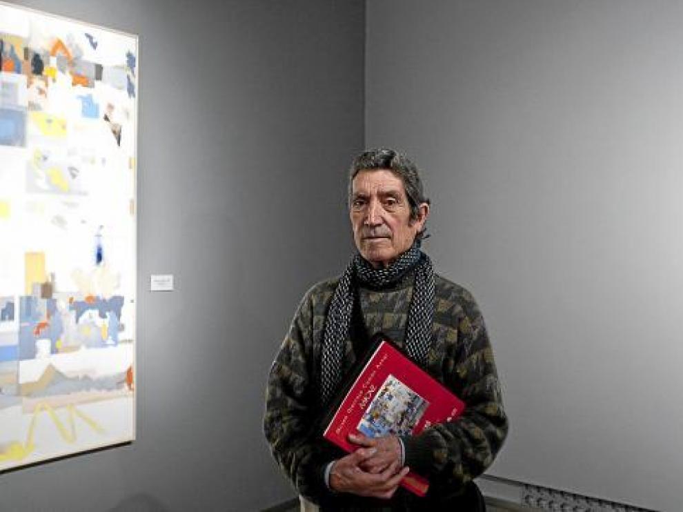 José Luis Balagueró, junto a algunas de las obras que muestra en Zaragoza.