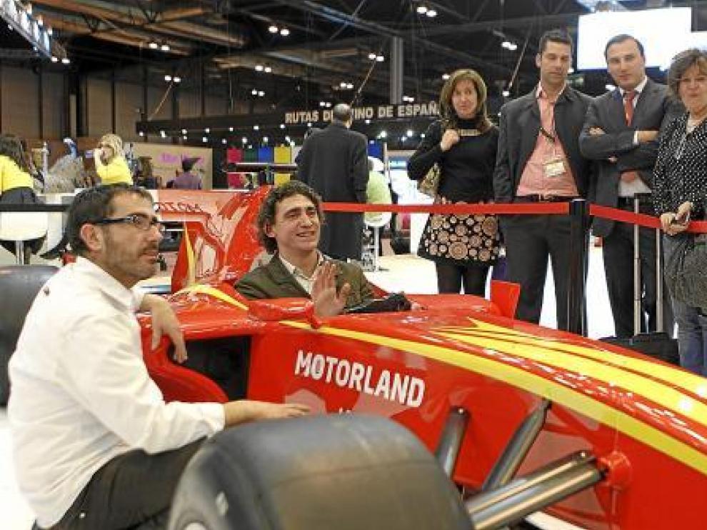 El simulador de Fórmula 1 de Motorland atrae a nuevo público al pabellón en Fitur