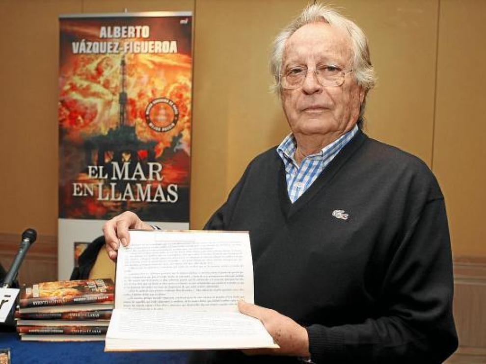 Alberto Vázquez-Figueroa, ayer, mostrando un ejemplar de 'El mar en llamas'.