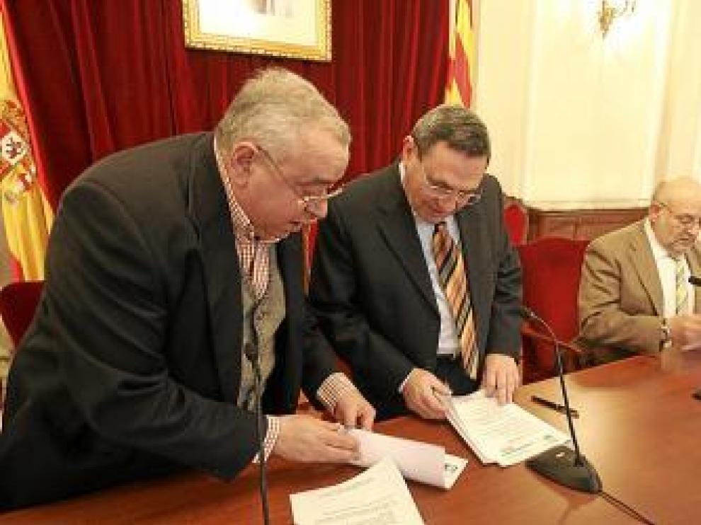 El subdelegado del Gobierno, entre directivos de la Asociación.