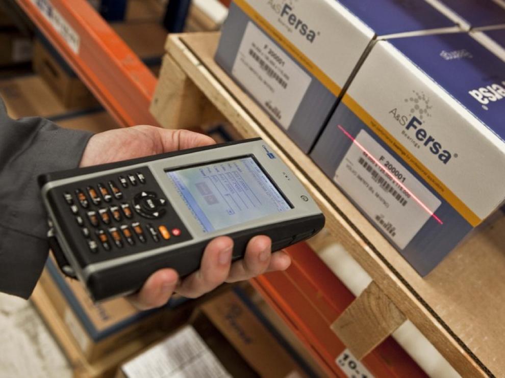 Lector de código de barras en el almacén de Fersa en Zaragoza