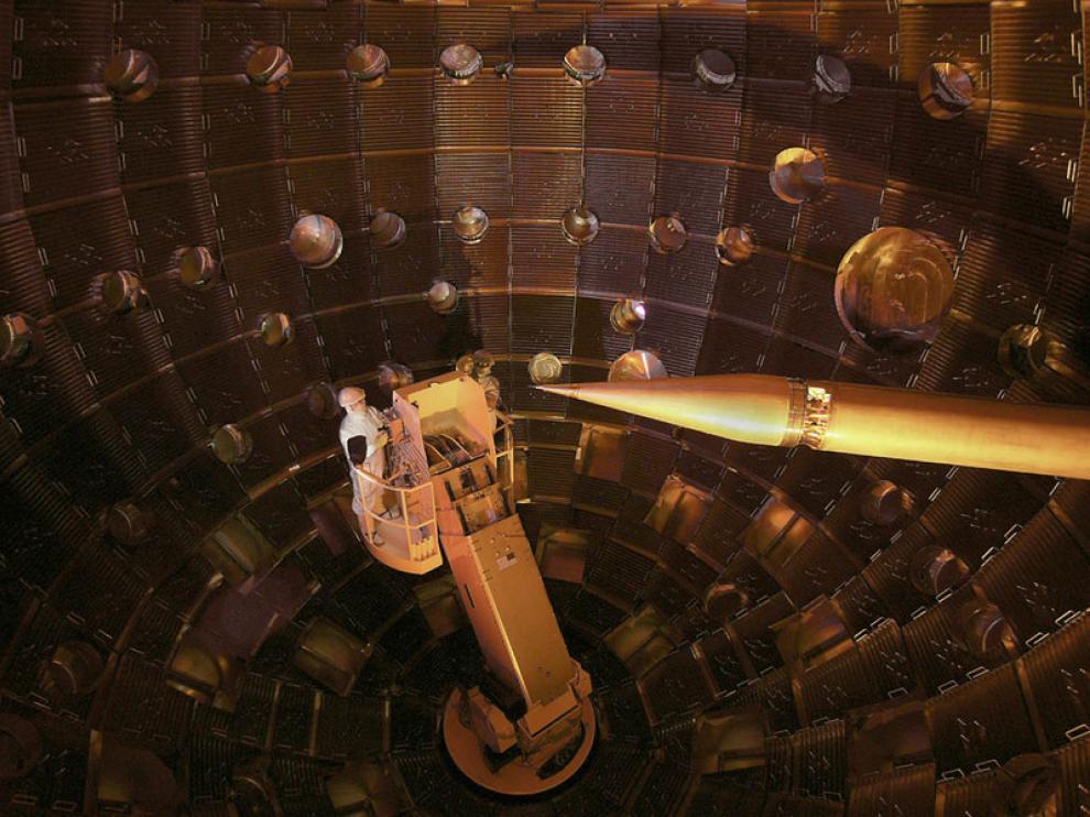 Los técnicos acceden al interior del NIF