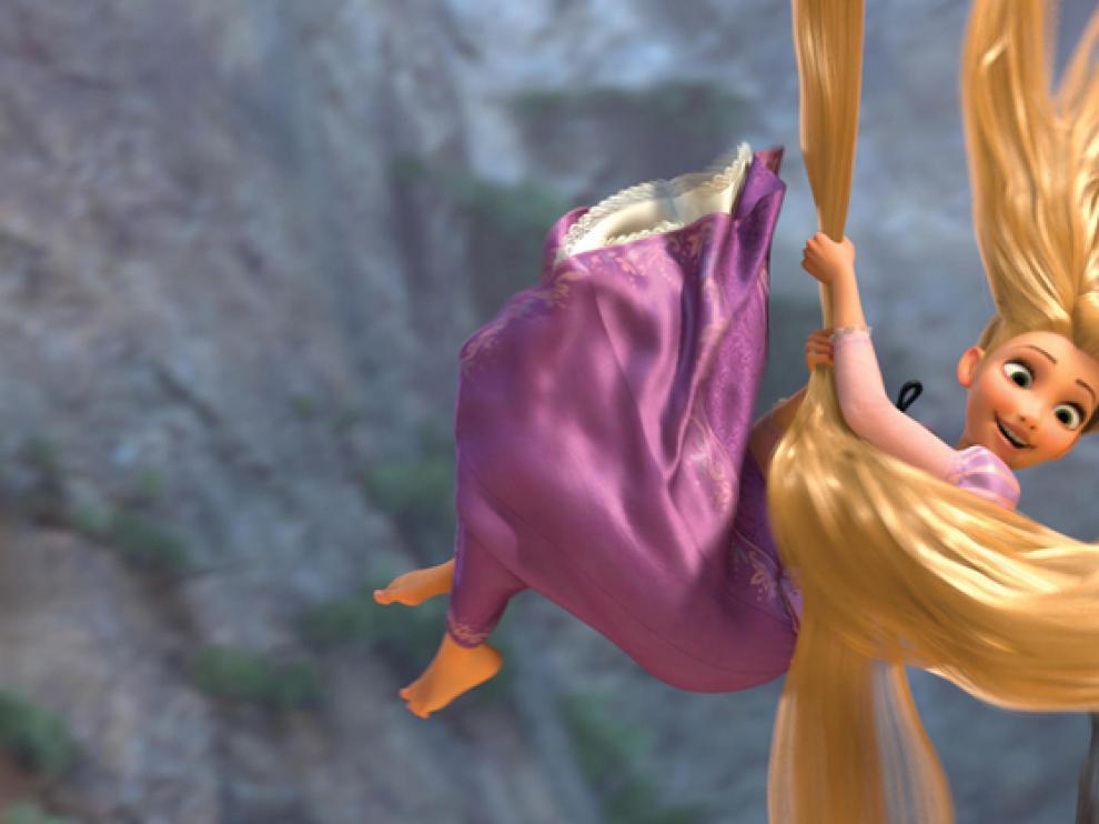Rapunzel usa sus largos cabellos para agarrarse en plena caída