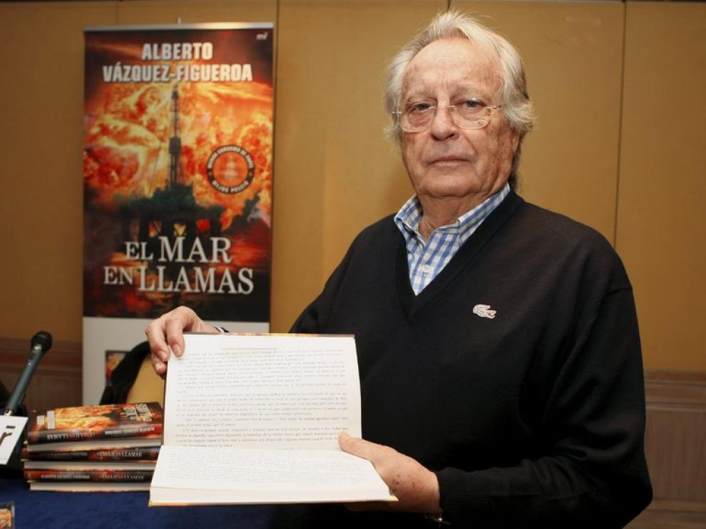 Alberto Vázquez-Figueroa con un ejemplar de 'El mar en llamas', en formato horizontal