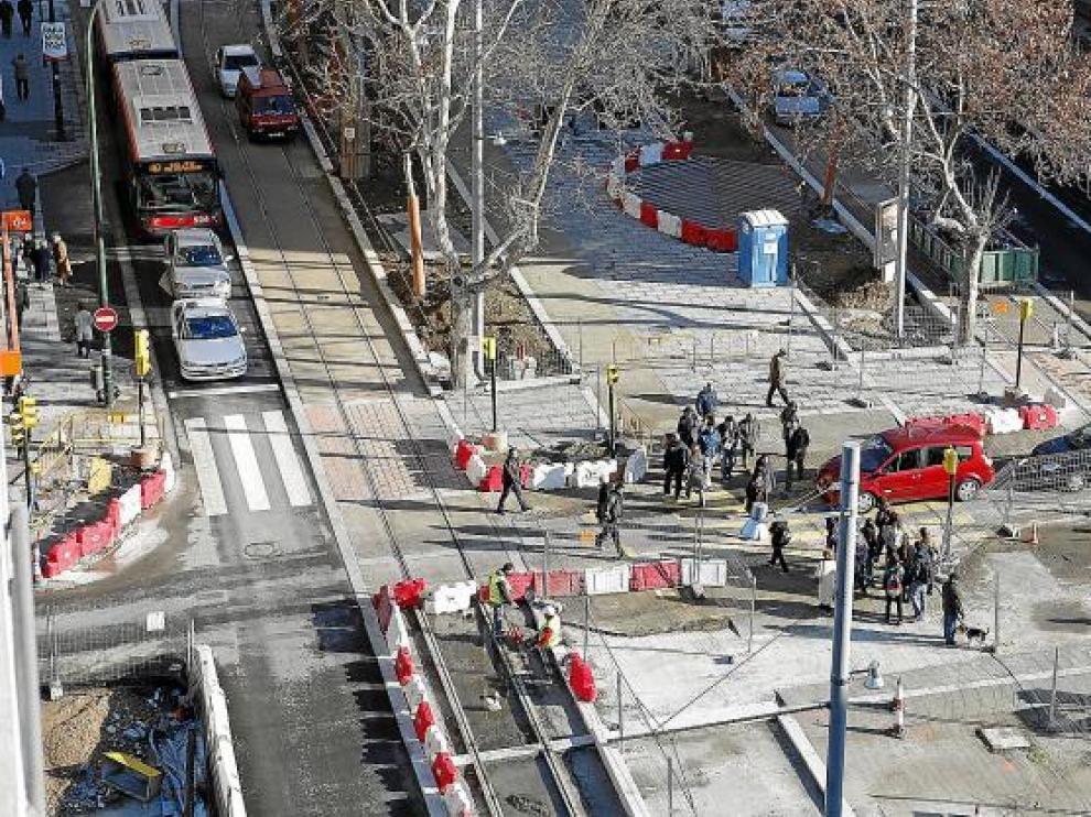 Las vallas y las balizas continúan imponiendo su ley en el cruce de Fernando el Católico y la avenida de Goya.