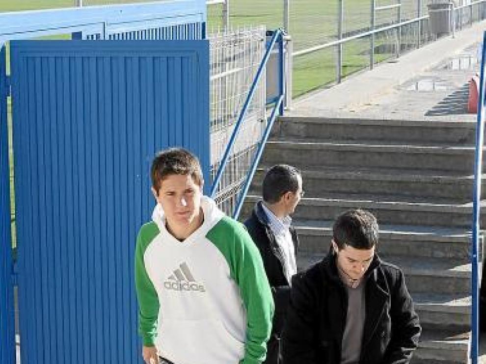 Ander, ayer, acompañado de los responsables del prensa del club.