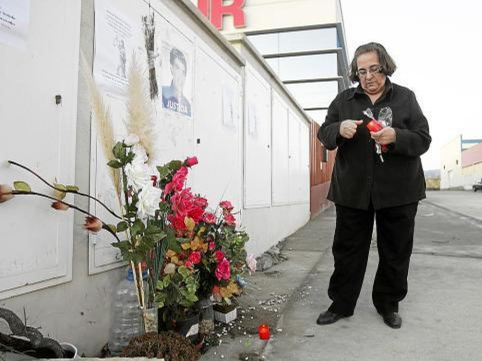Julia Bernad, madre de un fallecido, puso ayer una vela en el altar situado junto a la discoteca.