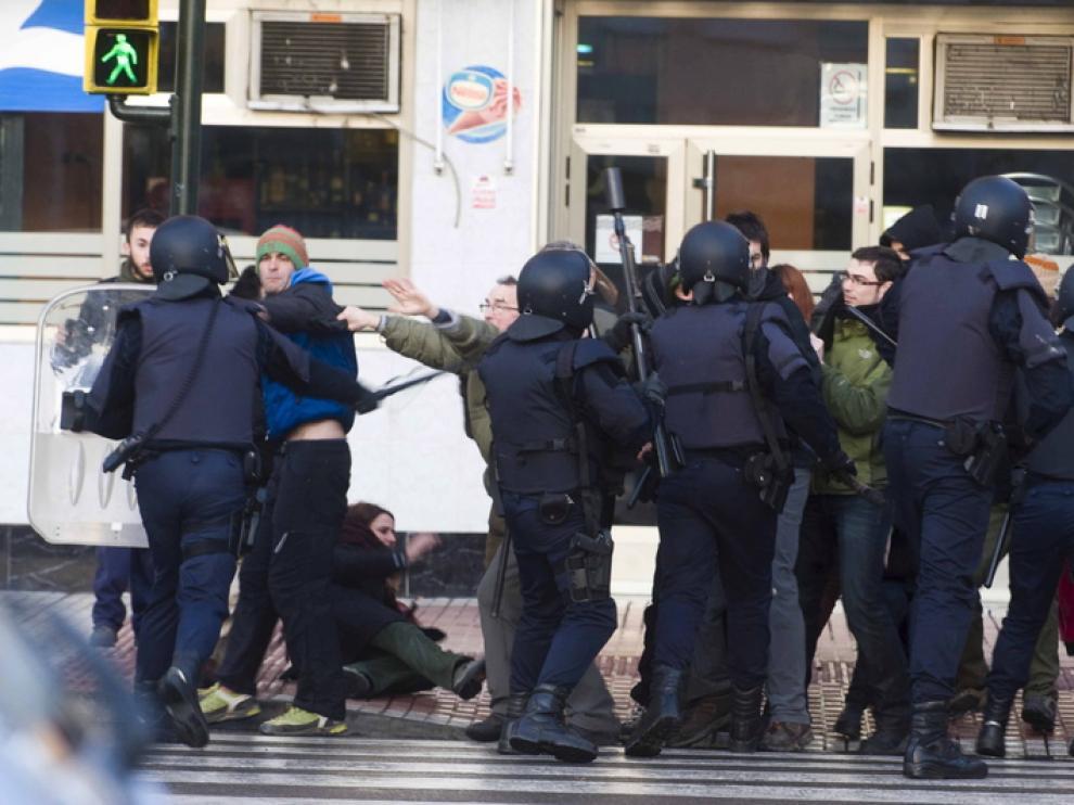 Momento en el que la Policía cargaba esta mañana contra los manifestantes
