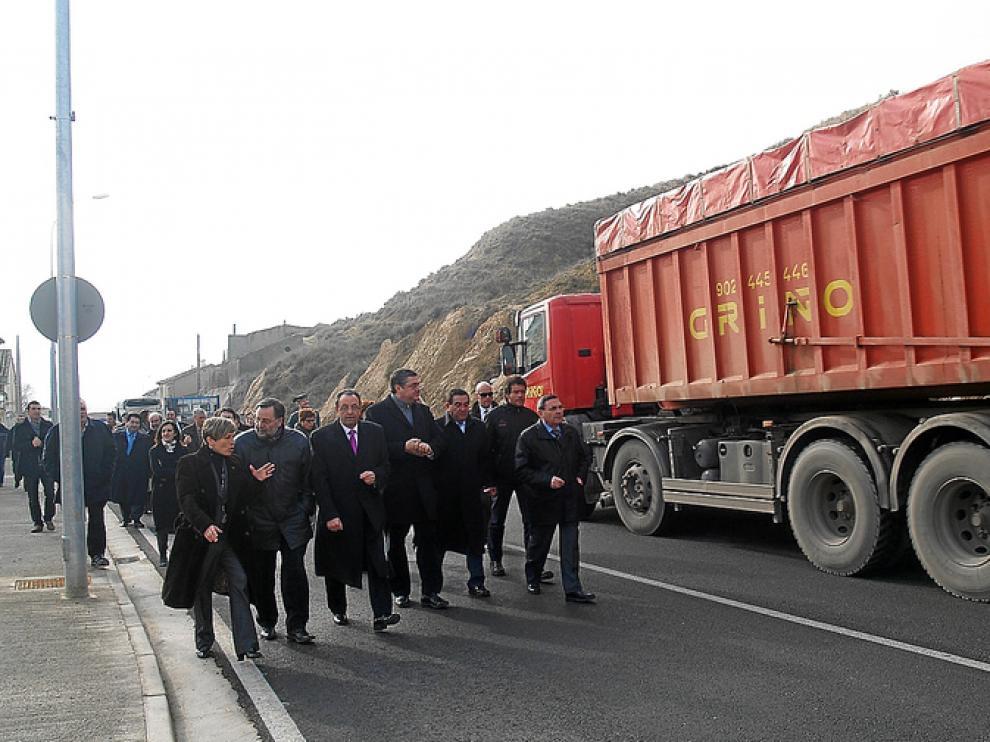 Las autoridades recorrieron a pie la travesía, por la que circulan vehículos pesados