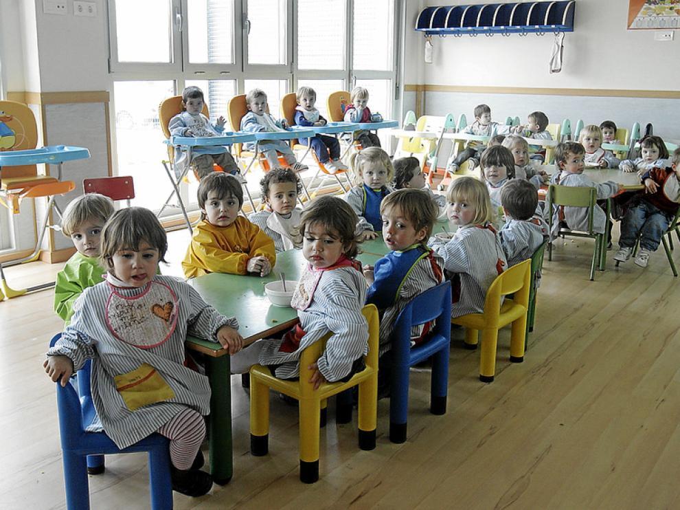 Los alumnos de la escuela infantil a la hora de la comida