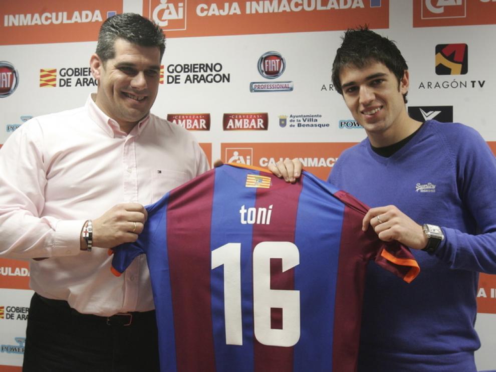 Toni posa con la camiseta de la SD Huesca, hoy en su presentación