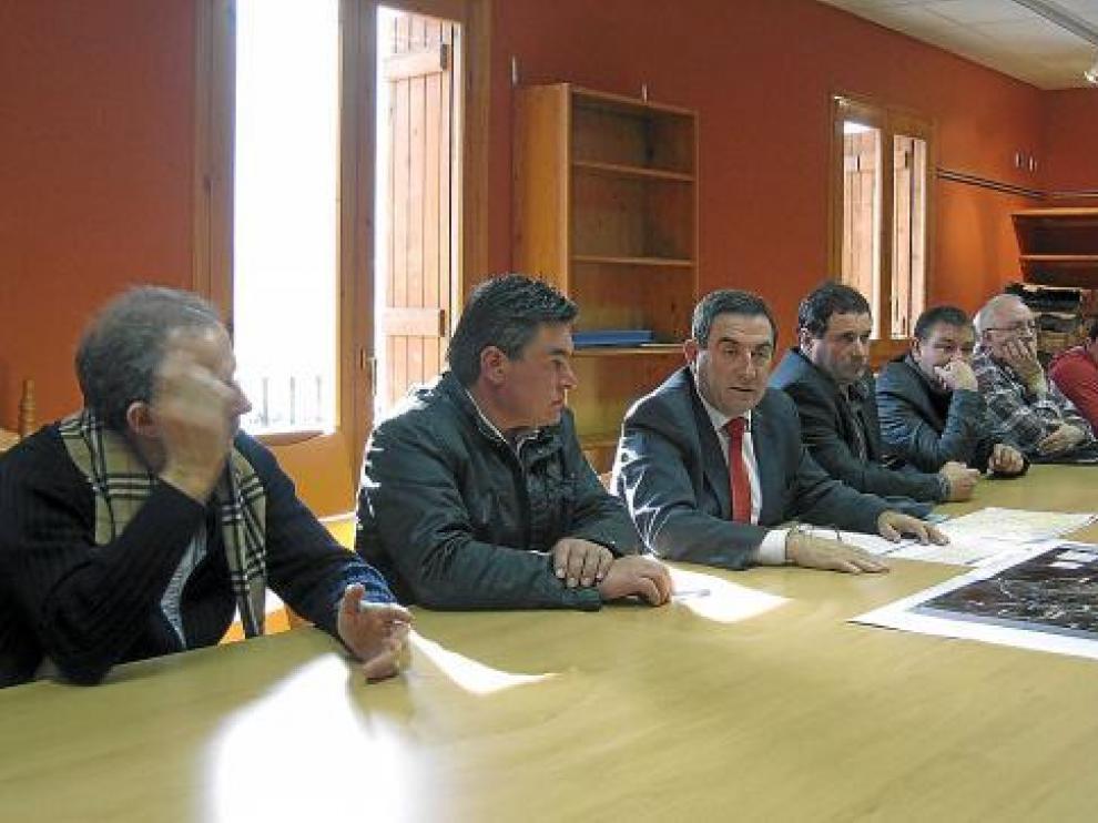 Un momento de la reunión entre el consejero y los responsables políticos de las dos comarcas.