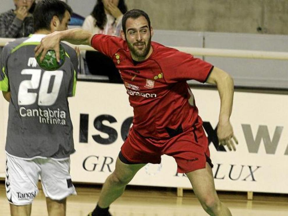 Emilio Esteban realiza un lanzamiento durante el partido con el Torrelavega.
