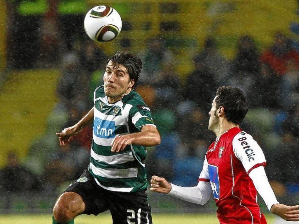El futbolista ejeano Alberto Zapater, ahora en el Sporting de Lisboa, trata de marcharse de un rival.