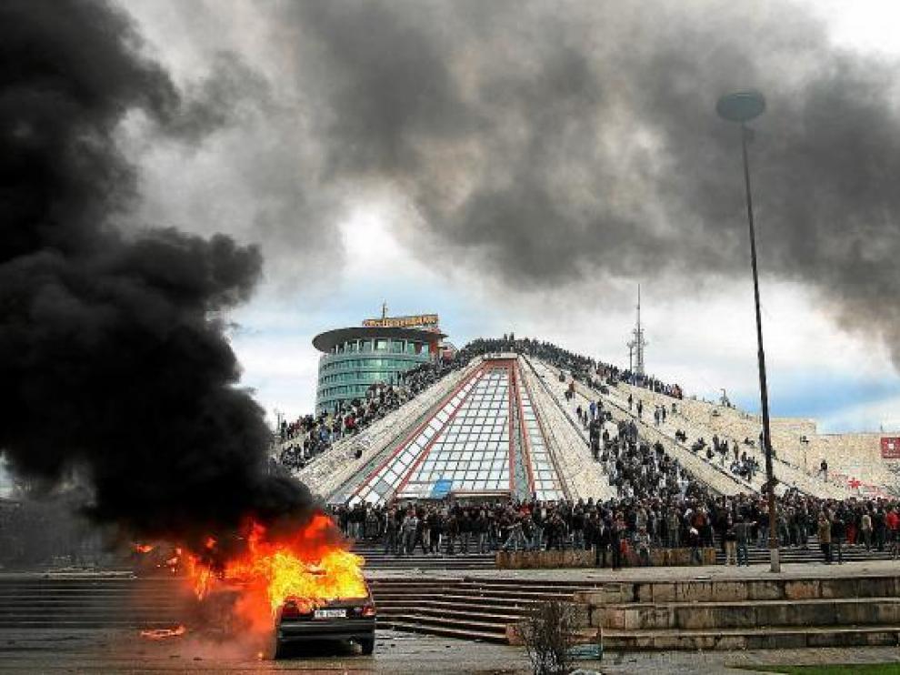 Coches ardiendo y cientos de personas frente a la sede del Gobierno de Albania, en Tirana.